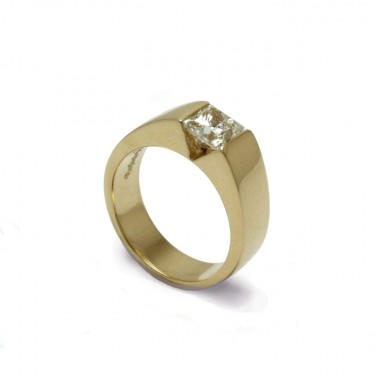 This custom made engagement ring was hand crafted in 18 carat yellow gold and set with a 1 carat diamond.
